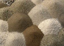 Различные коричневые тонизированные кучи до одно другие песка Стоковое Фото