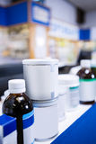 Различные коробки и бутылки медицины на таблице Стоковое фото RF