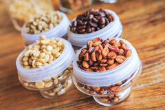 Различные кофейные зерна на деревянной предпосылке Стоковые Изображения