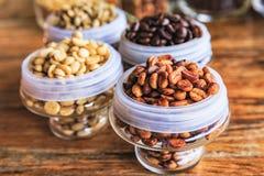 Различные кофейные зерна на деревянной предпосылке Стоковые Фото