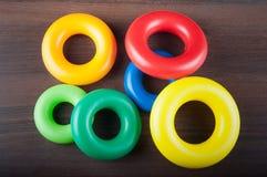 Различные кольца пластмассы размера и цвета Стоковые Фото