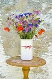 Различные красивые полевые цветки лета в вазе Стоковая Фотография RF