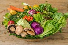 Различные красочные сырцовые овощи в корзине лист банана Стоковое Изображение