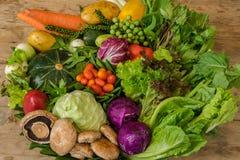 Различные красочные сырцовые овощи в корзине лист банана Стоковые Изображения RF