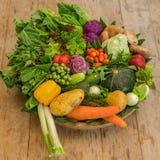 Различные красочные сырцовые овощи в корзине лист банана Стоковые Фотографии RF