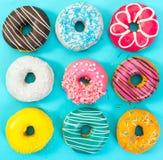 Различные красочные donuts на голубой предпосылке Стоковые Фотографии RF