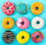Различные красочные donuts на голубой предпосылке Стоковое Фото