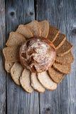 Различные куски на деревянном столе, комбинация хлеба печениь, хлеб рож с зернами, предпосылка еды Стоковые Фото