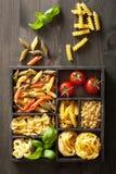 Различные макаронные изделия в черной деревянной коробке Стоковая Фотография