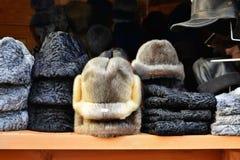 Различные меховые шапки на продаже на рождественской ярмарке Стоковое фото RF