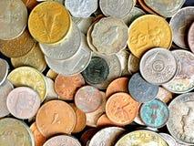 Различные монетки валюты стран стоковое изображение