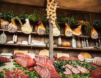 Различные мясные продукты на продовольственном рынке, теме еды стоковые фото
