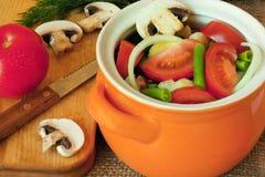Различные овощи в глиняном горшке Стоковые Изображения