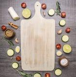 Различные овощи и плодоовощ клали вне вокруг винтажного белого места разделочной доски для текста, верхней части VI предпосылки р Стоковые Фотографии RF