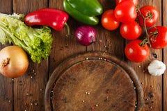 Различные овощи для пиццы на деревянной предпосылке Стоковые Изображения