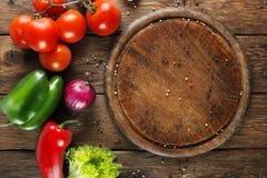 Различные овощи для пиццы на деревянной предпосылке Стоковые Фотографии RF