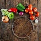 Различные овощи для пиццы на деревянной предпосылке Стоковые Изображения RF