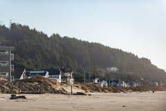 Различные дома размещая на береговой линии Стоковое Изображение