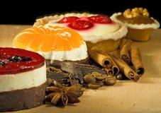 Различные очень вкусные торты на черном конце-вверх предпосылки Стоковое Изображение