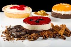 Различные очень вкусные торты на черном конце-вверх предпосылки Стоковые Изображения