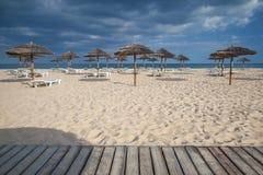 Различные парасоли и loungers солнца на пустом пляже на Tavira Стоковые Изображения