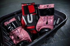 Различные перчатки бокса в корзине Стоковые Фото