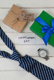 Различные подарки и карточки на деревянном столе Стоковая Фотография