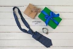 Различные подарки и карточки на деревянном столе Стоковые Фото