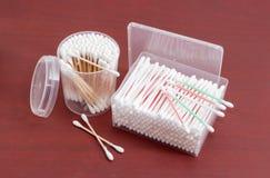 Различные пробирки хлопка в прямоугольном и круглом пластичном containe Стоковые Изображения RF