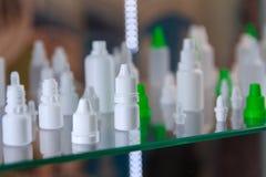 Различные пустые бутылки медицины на полке Стоковое фото RF