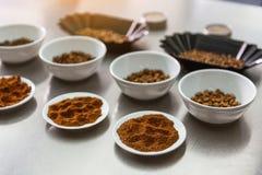 Различные плиты с кофе-ягодами на таблице Стоковое Фото