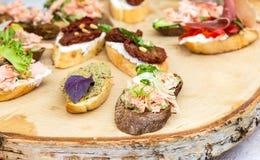 Различные сандвичи с мясом и свежими овощами Стоковая Фотография