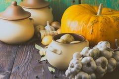 Различные свежие овощи и керамический бак на деревянном столе Варя, здоровая или вегетарианская концепция еды стоковое фото