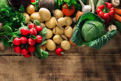 Различные свежие овощи на деревянном столе с космосом экземпляра Стоковые Фото