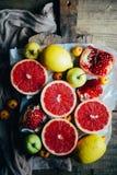 Различные свежие цитрусовые фрукты в корзине на деревянной предпосылке стоковая фотография rf