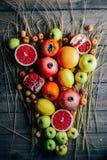 Различные свежие цитрусовые фрукты в корзине на деревянной предпосылке стоковые фотографии rf