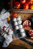 Различные свежие цитрусовые фрукты в корзине на деревянной предпосылке стоковые изображения rf
