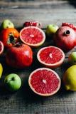 Различные свежие цитрусовые фрукты в корзине на деревянной предпосылке стоковое изображение