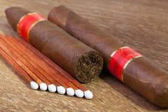 Различные сигары на старом деревянном столе Стоковые Изображения RF
