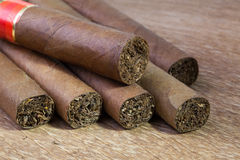 Различные сигары на старом деревянном столе Стоковая Фотография RF