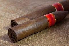Различные сигары на старом деревянном столе Стоковые Фотографии RF