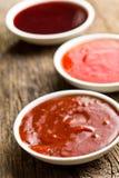 Различные соусы барбекю в керамических шарах Стоковые Фотографии RF