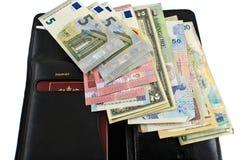 Различные страны деньги и бумажник на белой предпосылке Стоковое Изображение