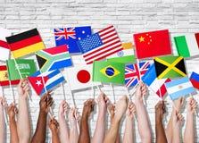 Различные страны объединенные при их поднятые флаги стоковое фото rf