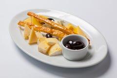 Различные типы сыра на белой плите Стоковые Фотографии RF