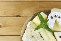 Различные типы сыра на разделочной доске Стоковые Изображения
