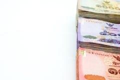 Различные типы тайских банкнот валюты на белом острословии предпосылки Стоковые Изображения RF