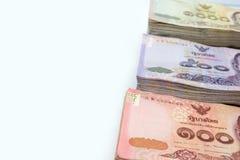 Различные типы тайских банкнот валюты на белом острословии предпосылки Стоковая Фотография