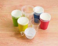 Различные устранимые пластичные чашки и бумажные стаканчики в различном co Стоковые Изображения RF