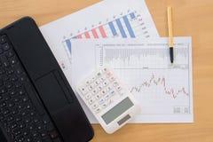 Различные финансовые диаграммы на таблице с компьтер-книжкой, калькулятором Стоковые Фотографии RF